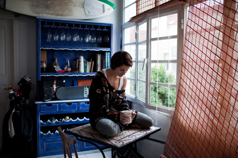 Carlota Wahnon, 19 anos, na sua casa em Lisboa a beber chá ao fim da tarde